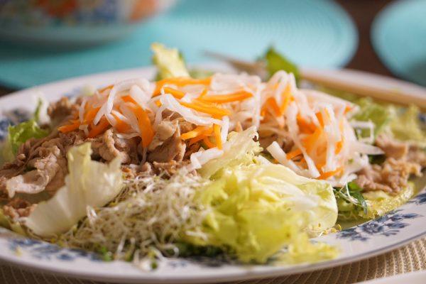 お肉と野菜たっぷり豪華なサラダ